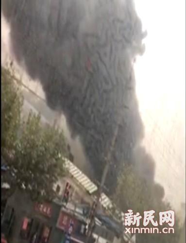 罗秀路车辆起火黑烟滚滚 已扑灭无人员伤亡