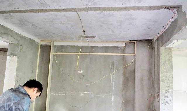 木工做吊顶时,我们才发现,二楼客厅的天花板下沉十分严重,有如一个