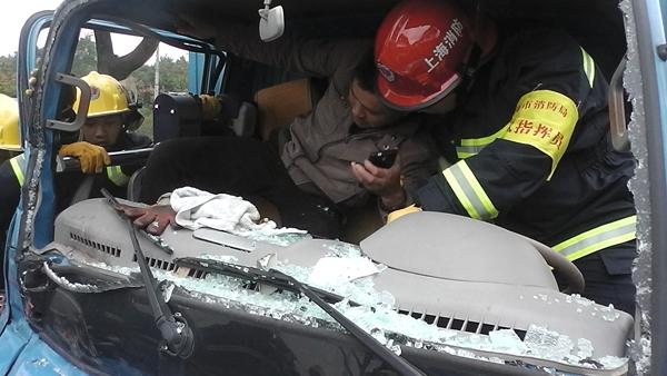 小货车撞上掉头大货车 副驾驶被卡车内