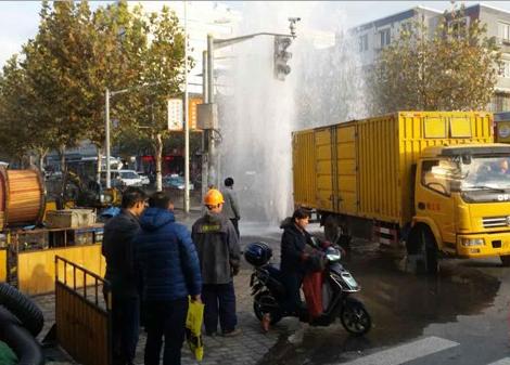 杨浦长海路一工程车辆撞断消防栓 水涌如柱
