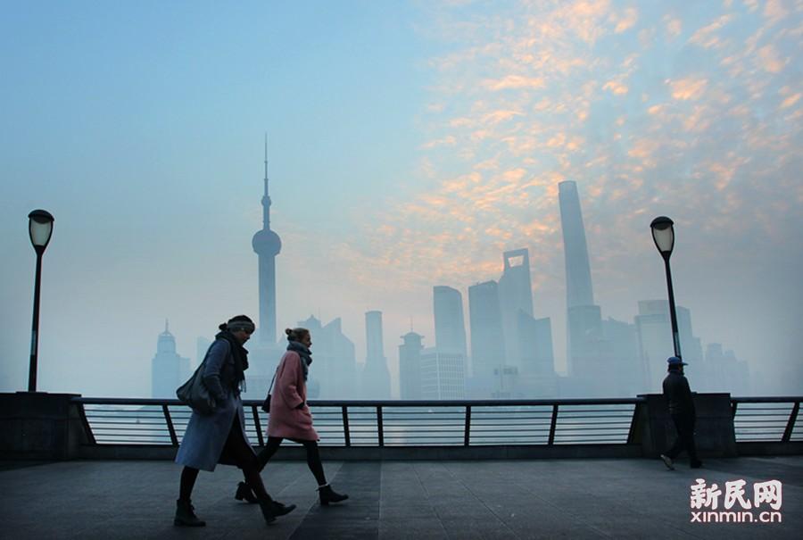 6时30分前后,雾中的天空出现了淡淡的彩云,形成奇特的雾中朝霞景观。新民晚报通讯员 任国强 摄