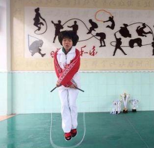 小学生跳绳破纪录一秒跳7.3下沙特王子求合影窑上小学图片