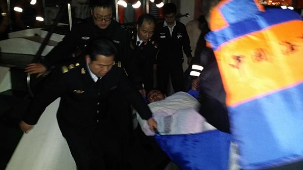 吴淞口水域两船碰撞 3名遇险船员获救