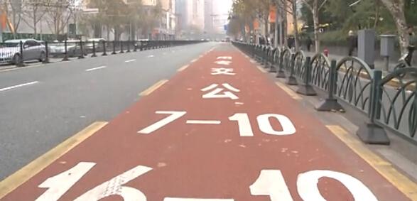 【街谈巷议】公交车道涂成彩色有效吗?外国友人有话说