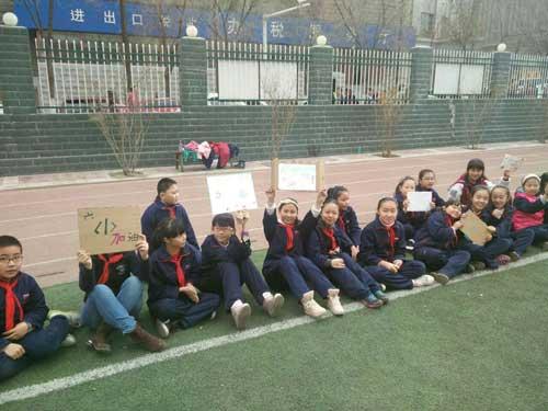 西宁市城中区北大街小学校园足球比赛中,班级学生呐喊助威.资料图图片
