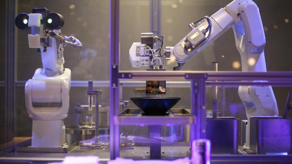 机器上岗!上海餐厅内机器人开抢厨师饭碗