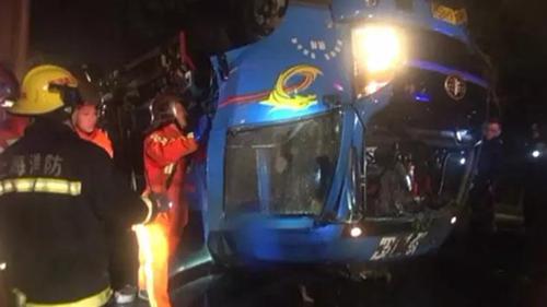松江货车叶新公路冲入河中致车上四人死亡