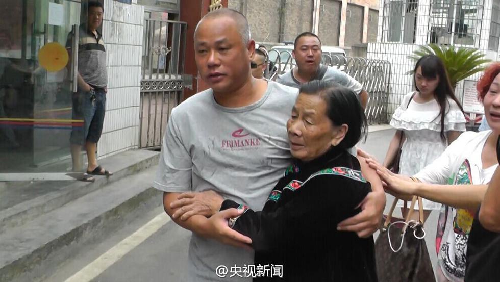 死刑犯 坐牢20年后昭雪 出狱后向母亲磕头图片 274154 980x553