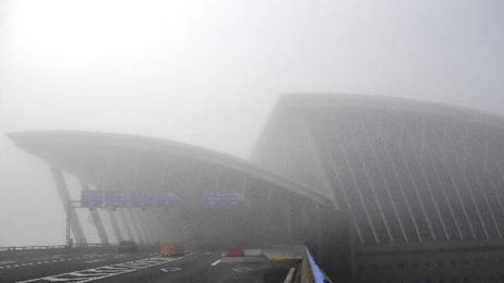 今晨大雾 上海两大机场进出港航班延误、取消