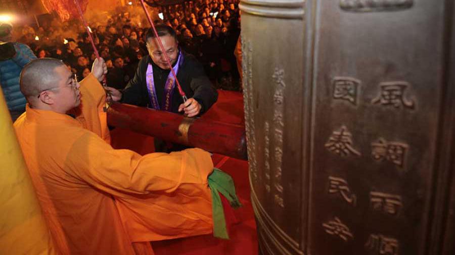 悠扬钟声中新年到 香客挤爆沪上寺庙