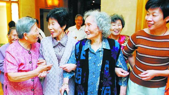 温暖的爱心拐杖:徐汇八旬老人义务帮扶独居盲人10余年