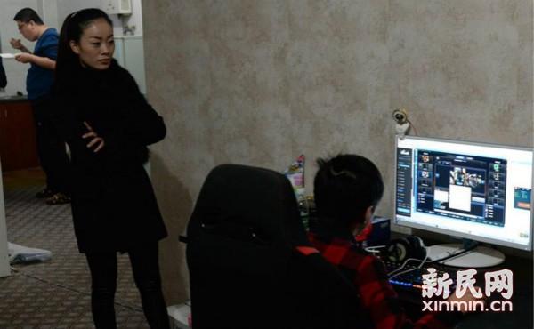 12岁少年直播游戏月入三万,母亲办理退学手续,你怎么看?