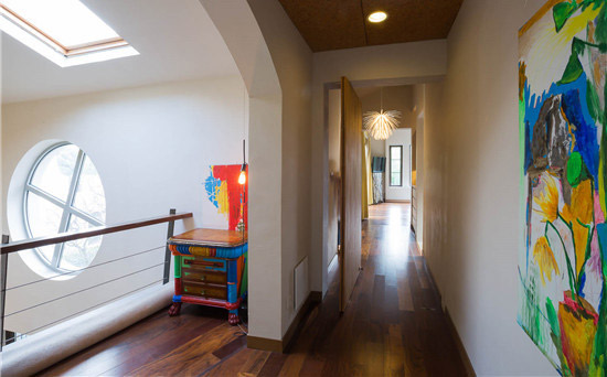穿过有欧式感的实木圆拱门