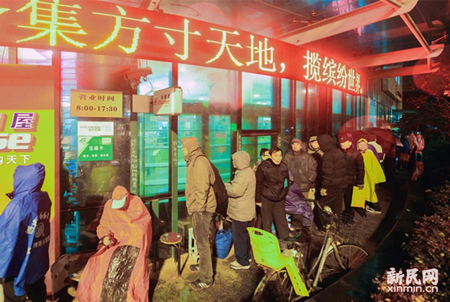 """新""""猴票""""来了!申城邮迷冒雨彻夜排队抢购"""