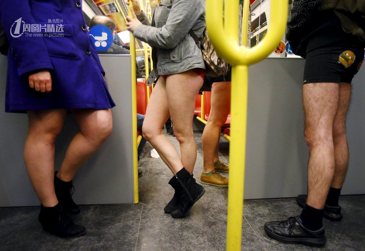 """维也纳 地铁/1月10日,奥地利维也纳,人们参加""""不穿裤子搭地铁""""活动。这..."""