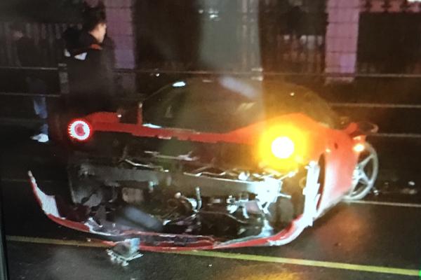 红色法拉利跑车临汾路夜撞隔离栏