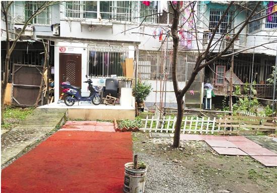 记者调查杭州梅花碑社区违建 一楼住户擅自破墙占绿地