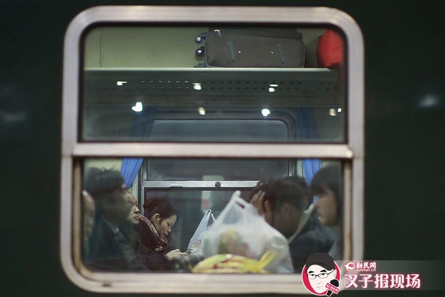 2016春运大幕将启 上海首列增开列车载客回家