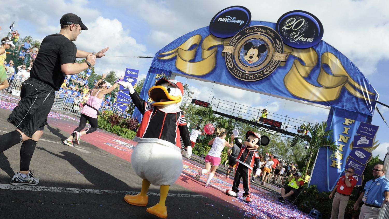 上海欲打造迪士尼马拉松 在唐老鸭米老鼠陪伴下跑步