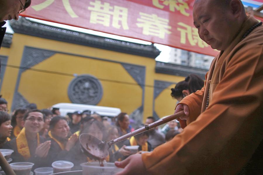 过了腊八就是年 今晨沪上寺院施粥人气旺