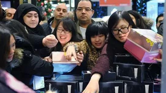 上海游客境外游人均花1万5 26-40岁人群最爱买买买