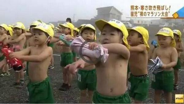 日本幼儿园冬天举办赤膊路跑 孩子被冻哭