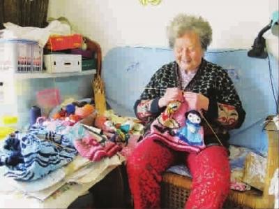 87岁顾奶奶手织100件毛衣送给孤残儿童