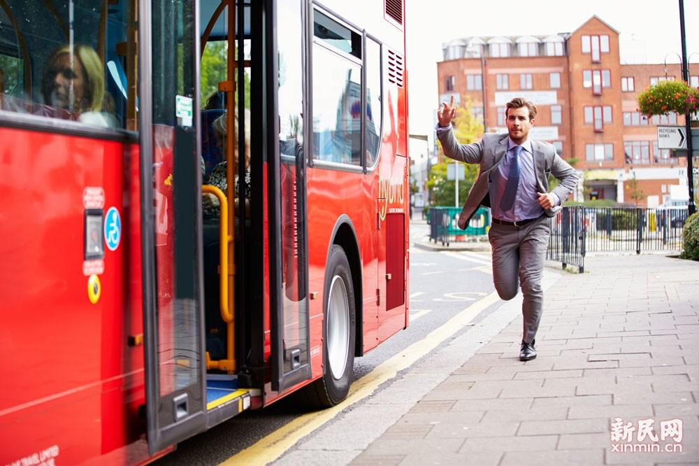 """60路公交车:到站不停是""""潜规则 """" 乘客:狂奔追车你看见了吗?"""