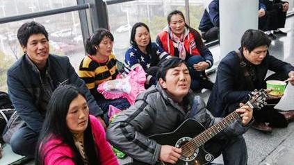 7位农民工咬牙坐飞机延误11个小时 称明年坐火车