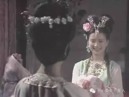 何晴出演了电影《红楼梦》中多情又不幸的秦