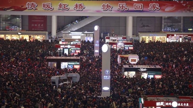 人从众!上海虹桥火车站多趟列车晚点致大量旅客滞留