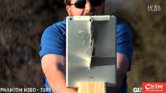 太凶残!他们竟然用日本武士刀劈开ipadaircad缝抗震图片