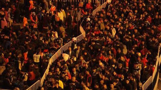 十万旅客滞留广州火车站广场 有人冒风雨站十几小时