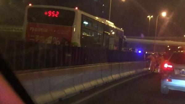 逆行7公里 952路公交高架迎头撞上面包车致1死