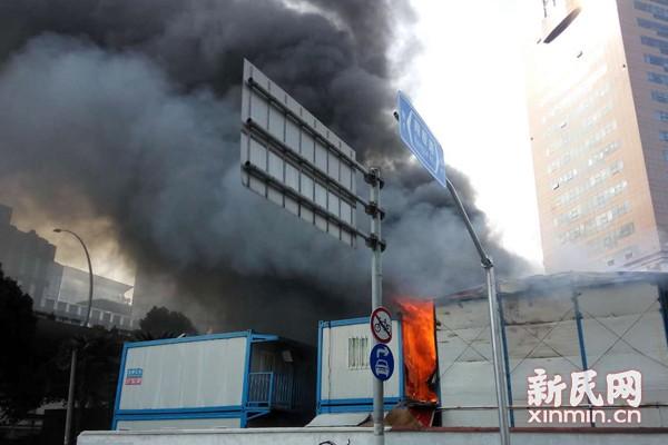 国庠路工棚起火 高架上可见浓烟