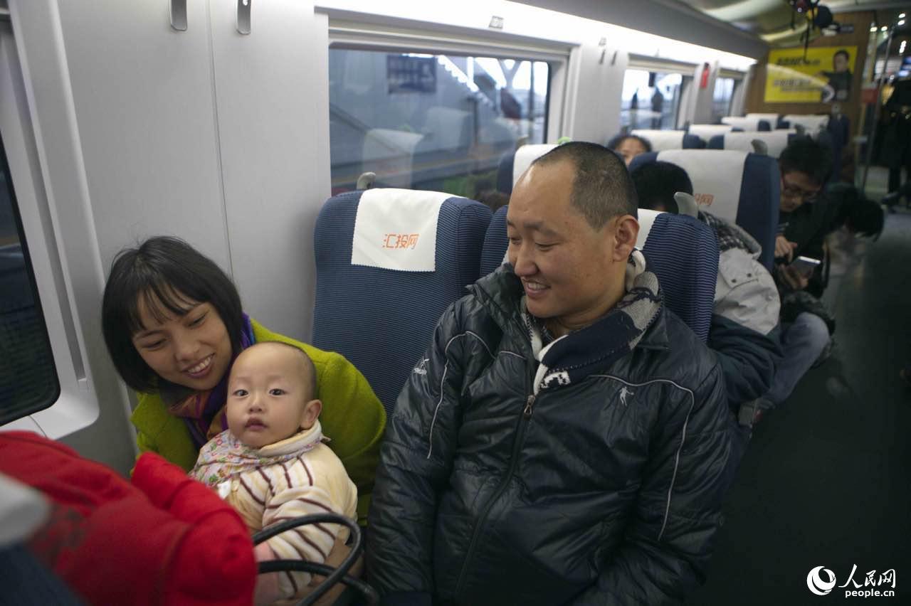 广州火车站加开高铁转运受晚点影响旅客近万人