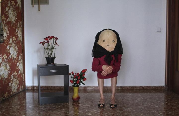 【环球网综合报道】据英国《每日邮报》2月4日报道,西班牙31岁的女艺术家安娜海尔(Ana Hell)创作了一组名为秘密朋友的创意人体艺术摄影作品,作品中模特都向前俯身弯腰,腰部绘有五官,被打扮成大脸矮人的形象,画风甚是诡异。   在这组作品中,有手拿水果的双胞胎女孩,还有看书的男人,在厨房拿着擀面杖面露怒色的女人,还有在床上抱着玩具熟睡的孩子。在创作过程中,安娜让她的模特们弯下腰,然后用画笔在裸露的腰部画上颇具漫画风格的面部五官,带有不同的表情,再用衣服和假发将模特们打造成一个个似有着大脸的矮人