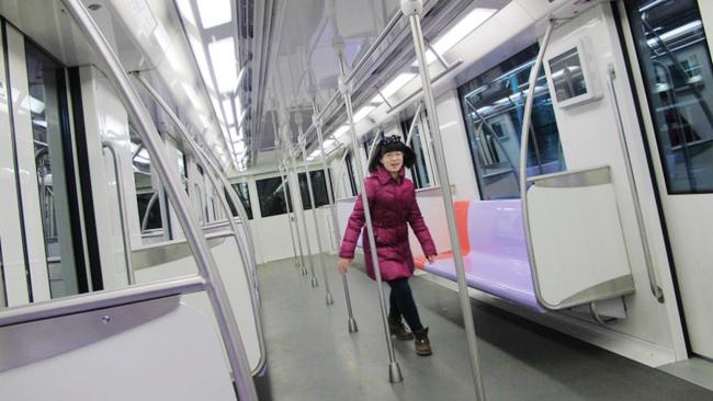 """有位子坐!上海地铁已开启""""春节模式""""客流锐减"""