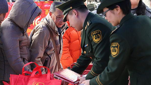 青浦警方收到群众上交烟花爆竹70余箱