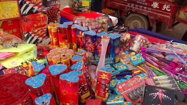 上海警方严打非法烟花销售 市民响应烟花管控