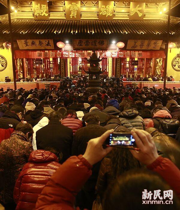 昨夜今晨,上海玉佛寺里香火旺盛,内外秩序井然。新民晚报新民网 萧君玮 摄
