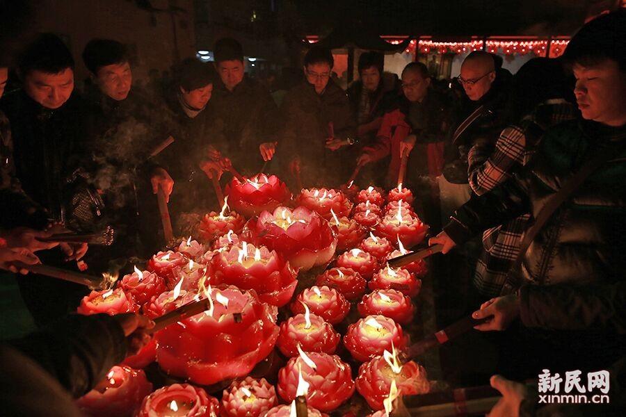 今年上海外环线内禁止燃放烟花爆竹,位于市中心的玉佛寺及周边地区,严格执行禁放令,公安、消防部门和志愿者通宵值守。新民晚报新民网 萧君玮 摄