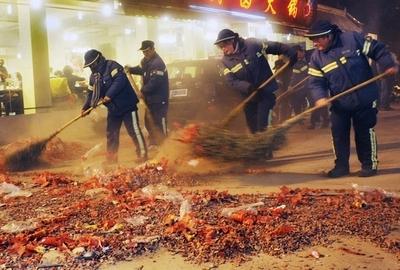 除夕夜全市烟花爆竹垃圾33.9吨 几乎都在外环外