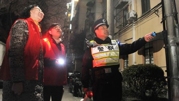 站好除夕最后一班岗 老民警脱下穿了24年的警服