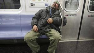纽约将禁止乘客在地铁上打盹 引来市民纷纷吐槽
