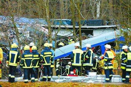 德国两列车弯道迎头相撞 上百人死伤