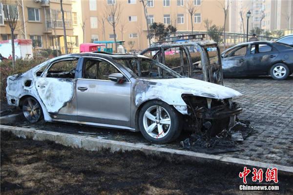 山东多辆汽车疑因燃放鞭炮烧成骨架