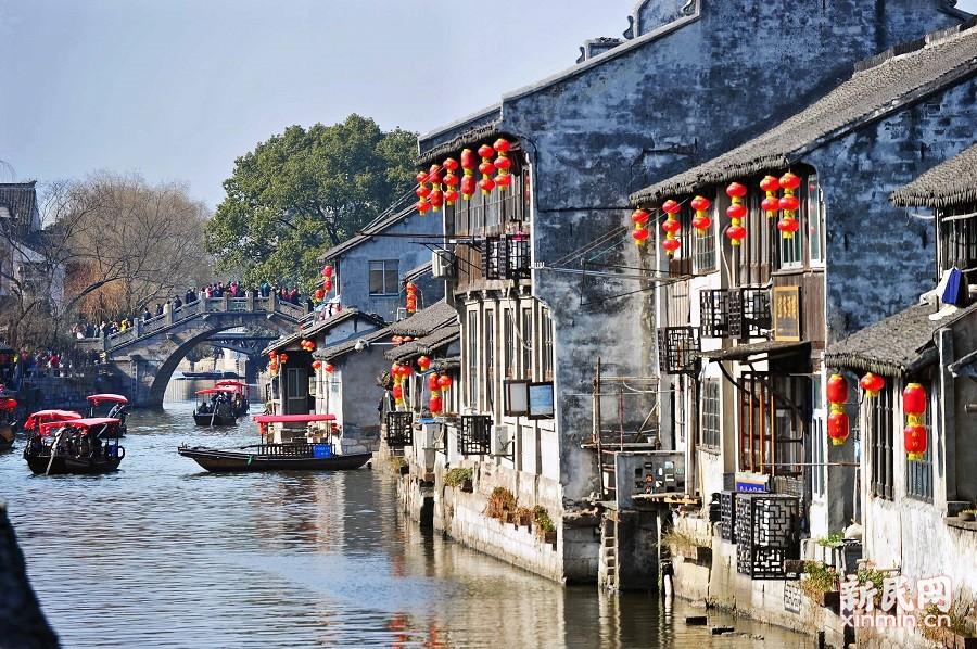 古香古色的老建筑、红灯笼、游船及游客,构成了一幅美丽的水墨画,充满年味。 新民晚报陶磊 摄影报道