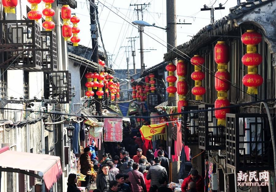 大年初一,阳光明媚,游客纷纷来到枫泾古镇游玩。古镇上灯笼高挂,人头攒动,充满了浓浓的年味。 新民晚报陶磊 摄影报道