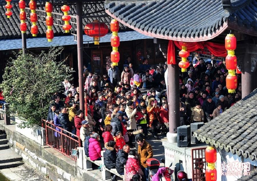 古戏台坐满了听戏曲的观众。 新民晚报陶磊 摄影报道